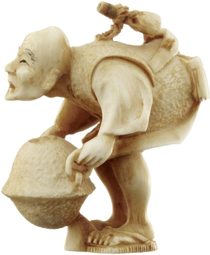 Netsuke Japan 1. H. 20. Jh. Elfenbein. Gebeugter Mann einen Wasserkessel tragend. Signiert. Höhe 4.6 cm