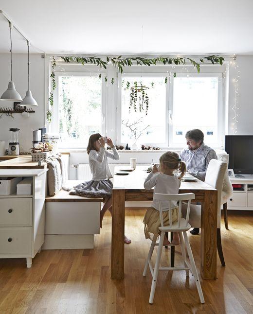 Der Küchentisch wird der Ort für verschiedene Aktivitäten; am Tisch ...