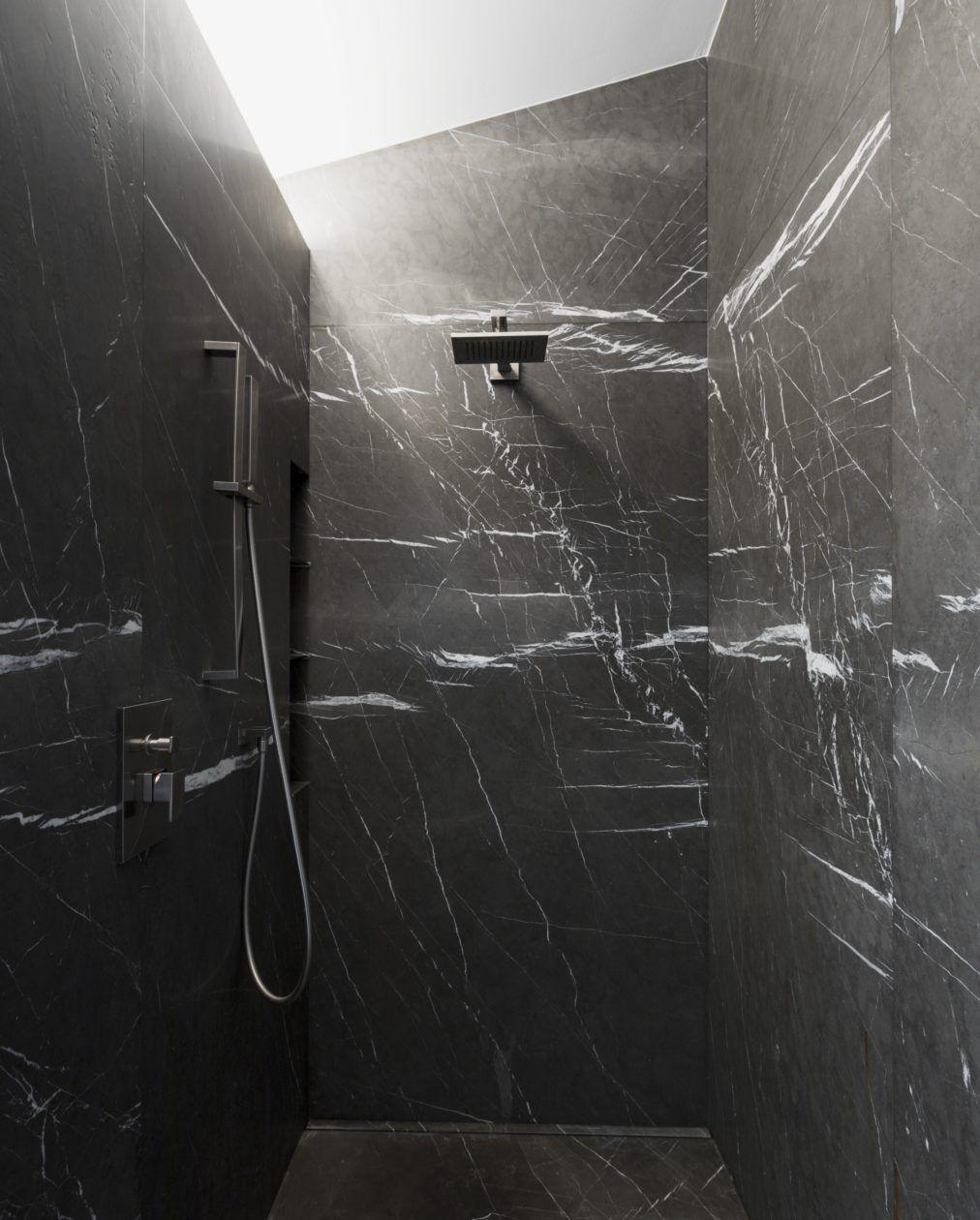 im naturstein bad ist zusätzlich zur badewanne eine dusche mit, Hause ideen