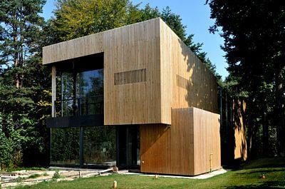Přírodně laděný dům bez problému zapadl do městského lesa (Rumunsko). . .Cílem architektů bylo navrhnout jednoduchý a udržitelný dvoupodlažní dům, který nenápadně zapadne do okolního lesa. Bylo nemyslitelné navrhnout stavbu, která by nekomunikovala se svým nádherným přírodním okolím.