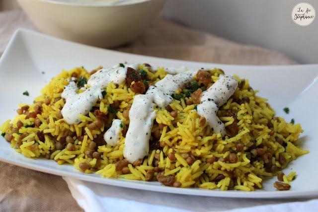 Poêlée de riz aux épices, lentilles, oignons grillés et sauce blanche aux herbes