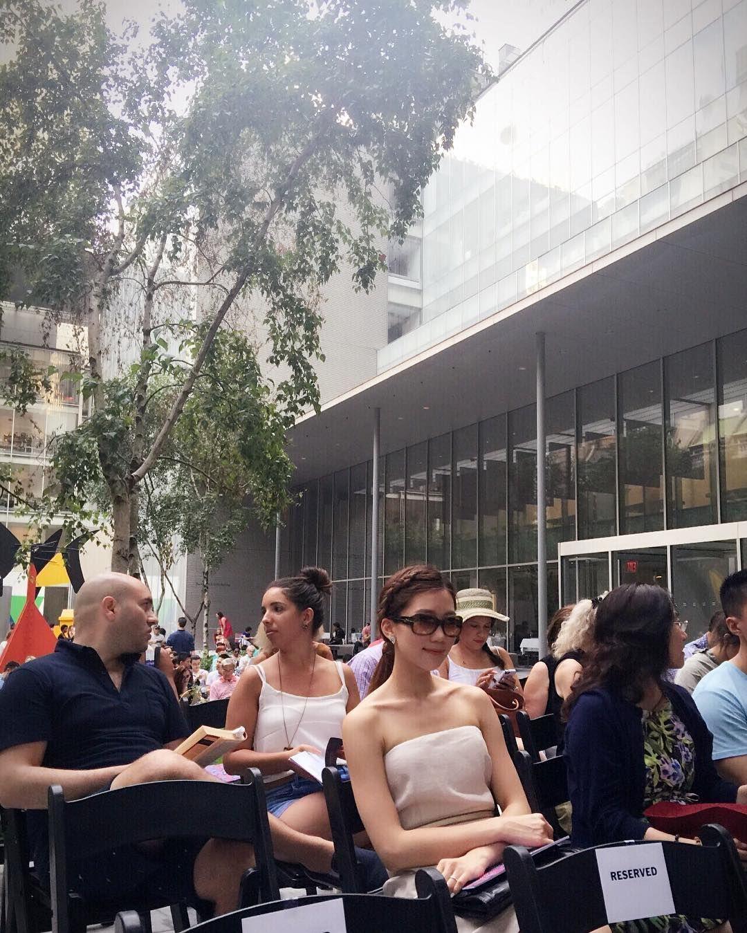 Instagram의 Julie Kim님: Waiting for Summergarden concert @themuseumofmodernart - - #nyc #ny #happysunday #MoMa #Summergarden #뉴욕 #맨해튼 #모마 #썸머가든 #모마콘서트 #주말