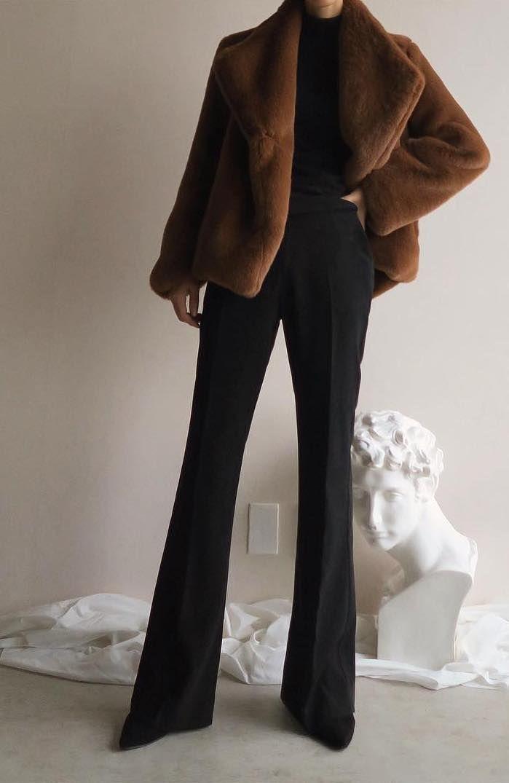 Alles in Schwarz mit einer schönen Jacke macht ein tolles, schickes Casual-Outf …