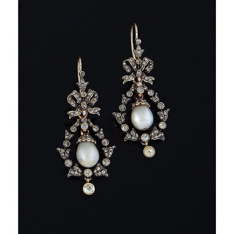 Une paire de pendants d'oreilles articulées en or jaune (18K, 750‰) ornées d'un motif en forme de nœud soutenant une guirlande…