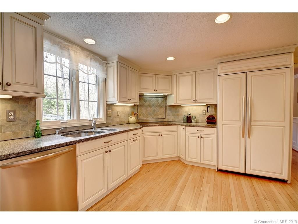 Check Out Those Beautiful White Cabinets At 709 Chestnut Hill Glastonbury Ct Margar With Images Naples Homes For Sale New Hampshire Real Estate Connecticut Real Estate