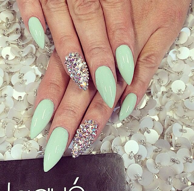 Love the way the glitter rhinestone compliment the pastel mint green<3 :**Nails