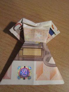 Geldwäsche – Kleidung falten aus Geldscheinen als Geschenk