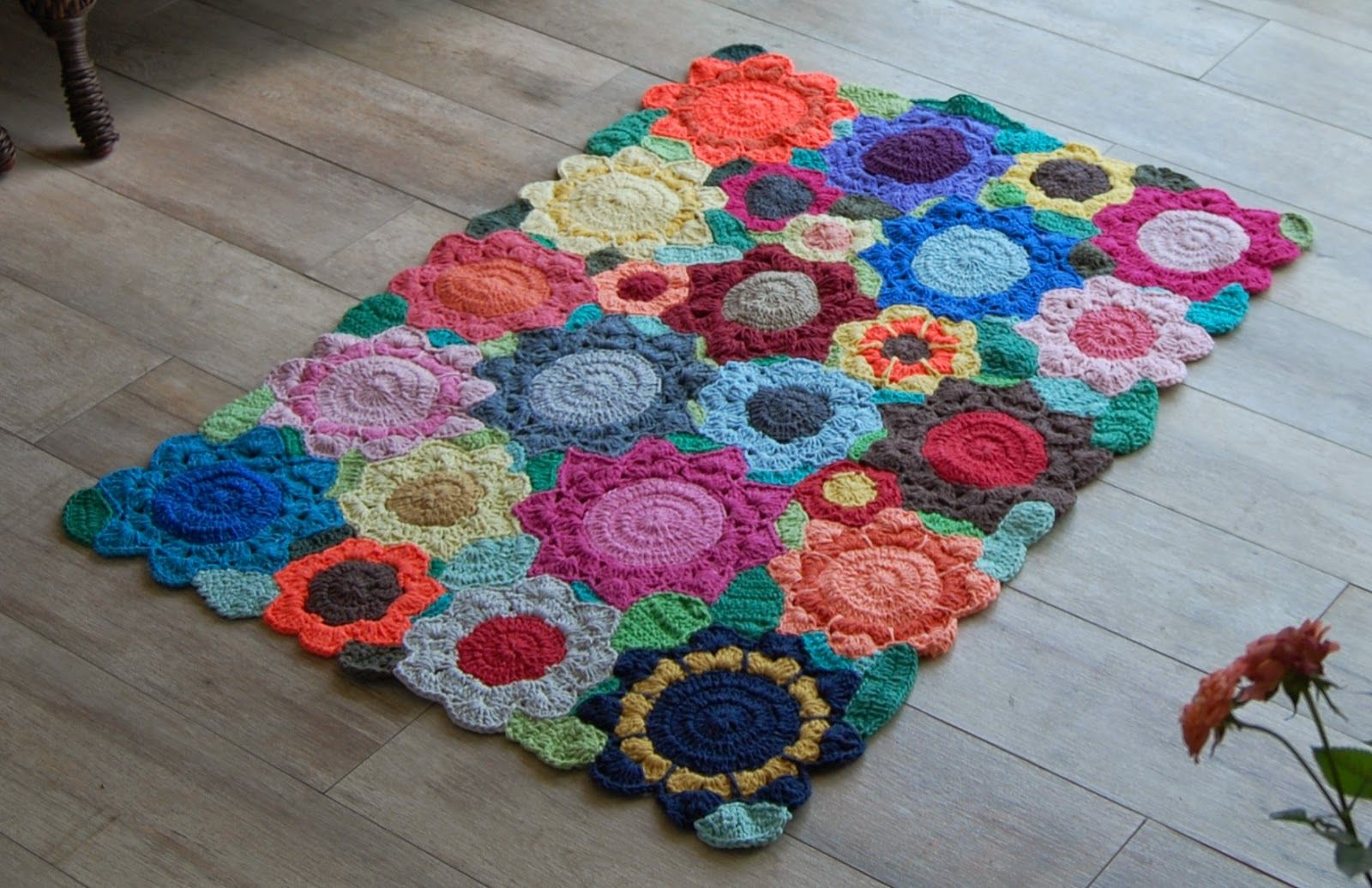 Tapetes em barbante colorido á pronta entrega na loja:   http://www.pontodosbordados.com.br/pecas-a-pronta-entrega/decoracao/tapetes.ht...