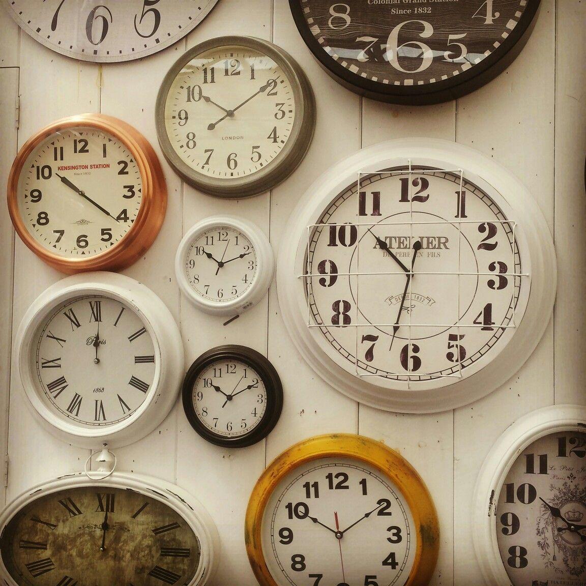 Original pared decorada con multitud de relojes... ¡ojalá el día ...