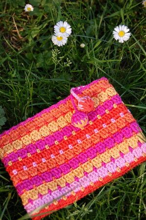 trousse bollywood tuto. Lovely pencil case pattern. The tutorial is in French but with a diagram.