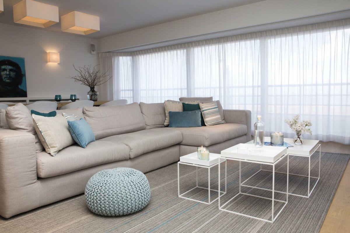 appartement wit interieur met blauwe accenten
