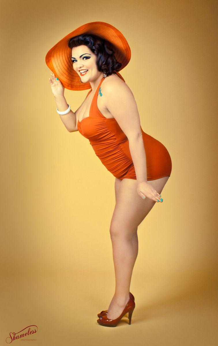 FAYE: Sexy brunette latina milf sucking cock