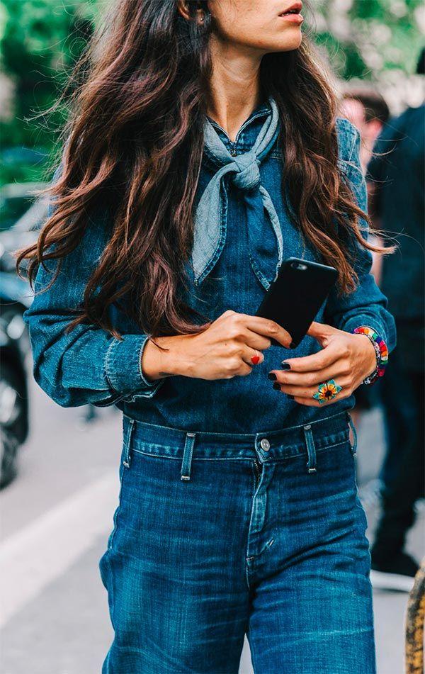 Street style look com lenço jeans.