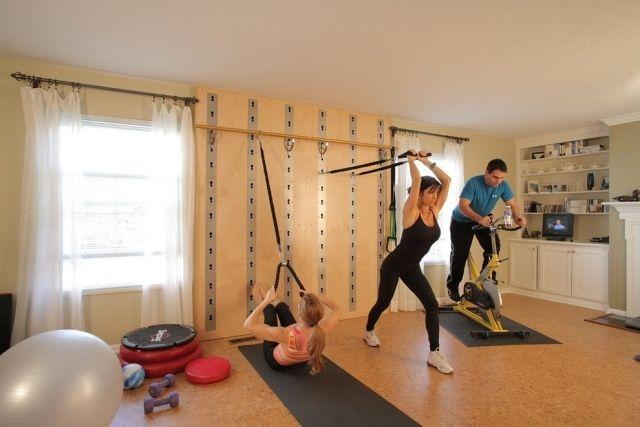 heim-fitnessstudio garage einrichten schlingentrainer wandhalterung ...