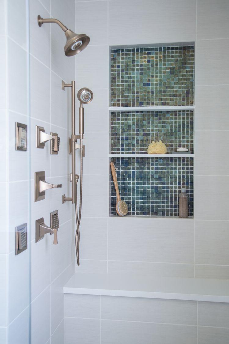 11 simple ways to make a small bathroom look BIGGER - Kleine ...