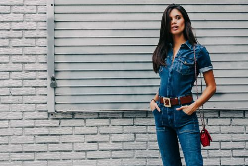 Sara Sampaio feels the '70s love in a denim jumpsuit with a chunky belt. Total blue jean babe. ;)