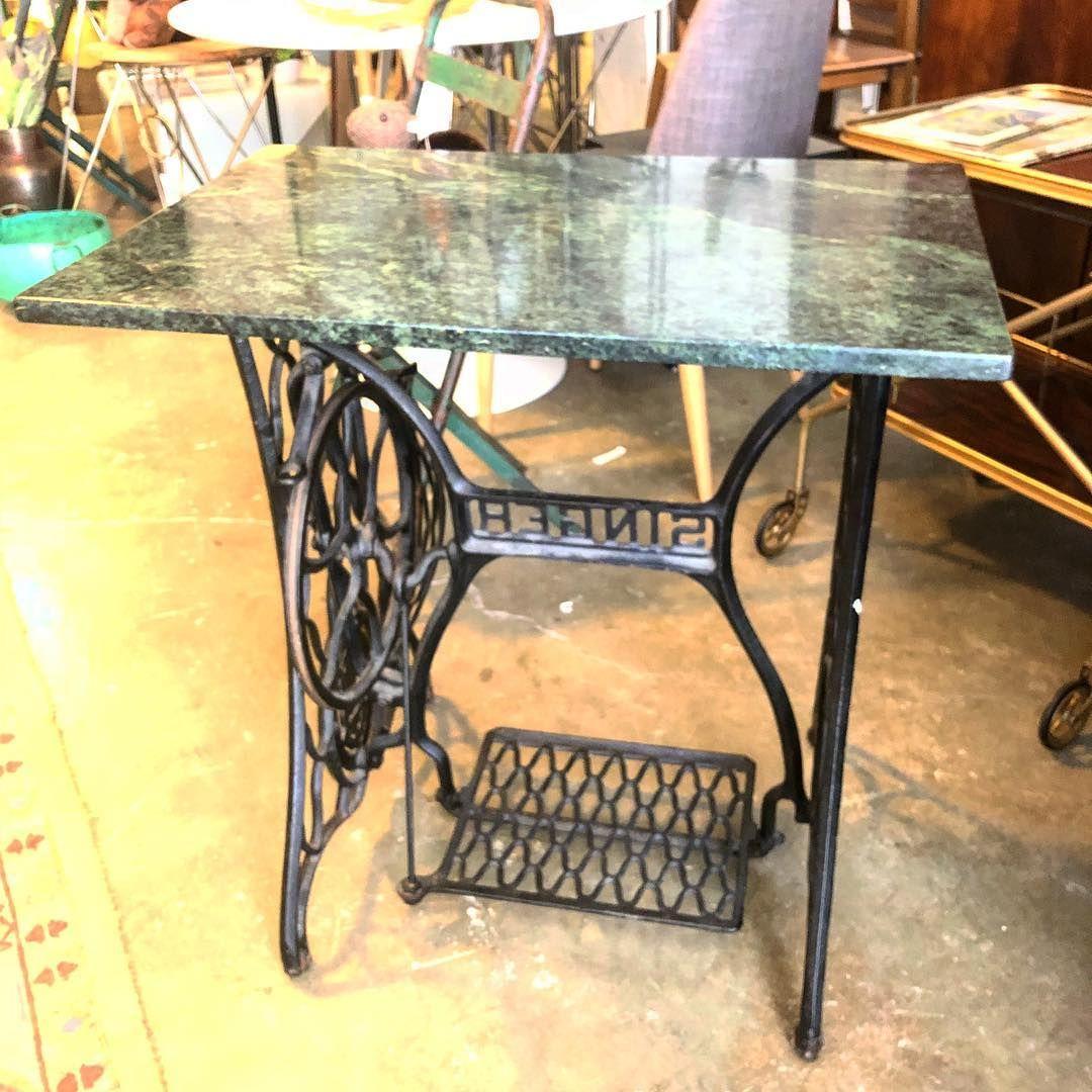 Mesa formada por una estructura de maquina de coser Singer