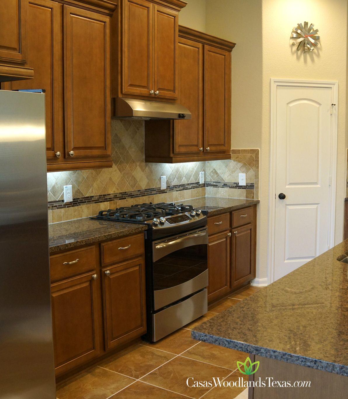 Su cocina cuenta con amplios gabinetes, electrodomésticos de acero ...