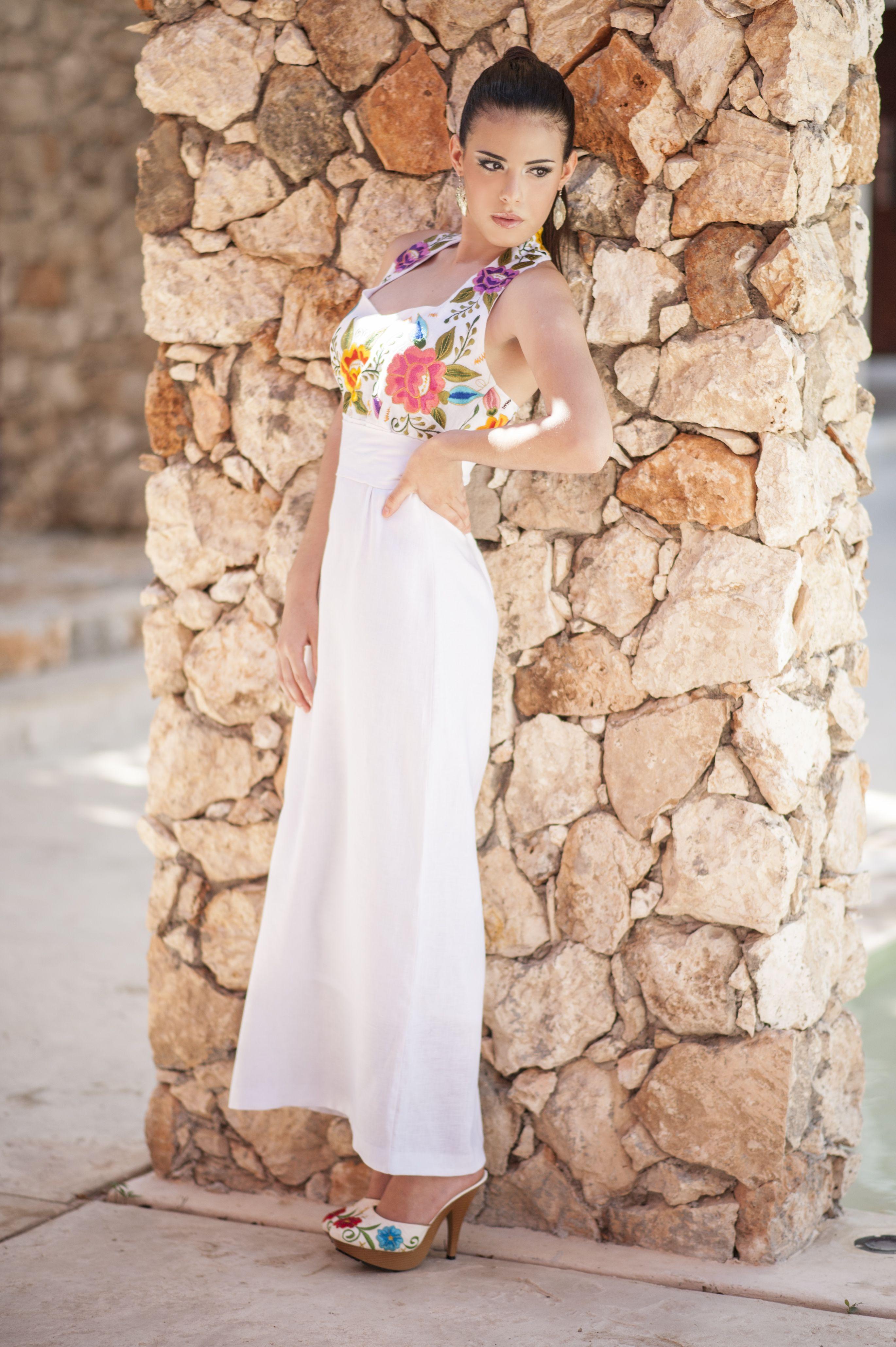 Vestido de lino blanco, con bordados matizados en el pecho, cuello ...