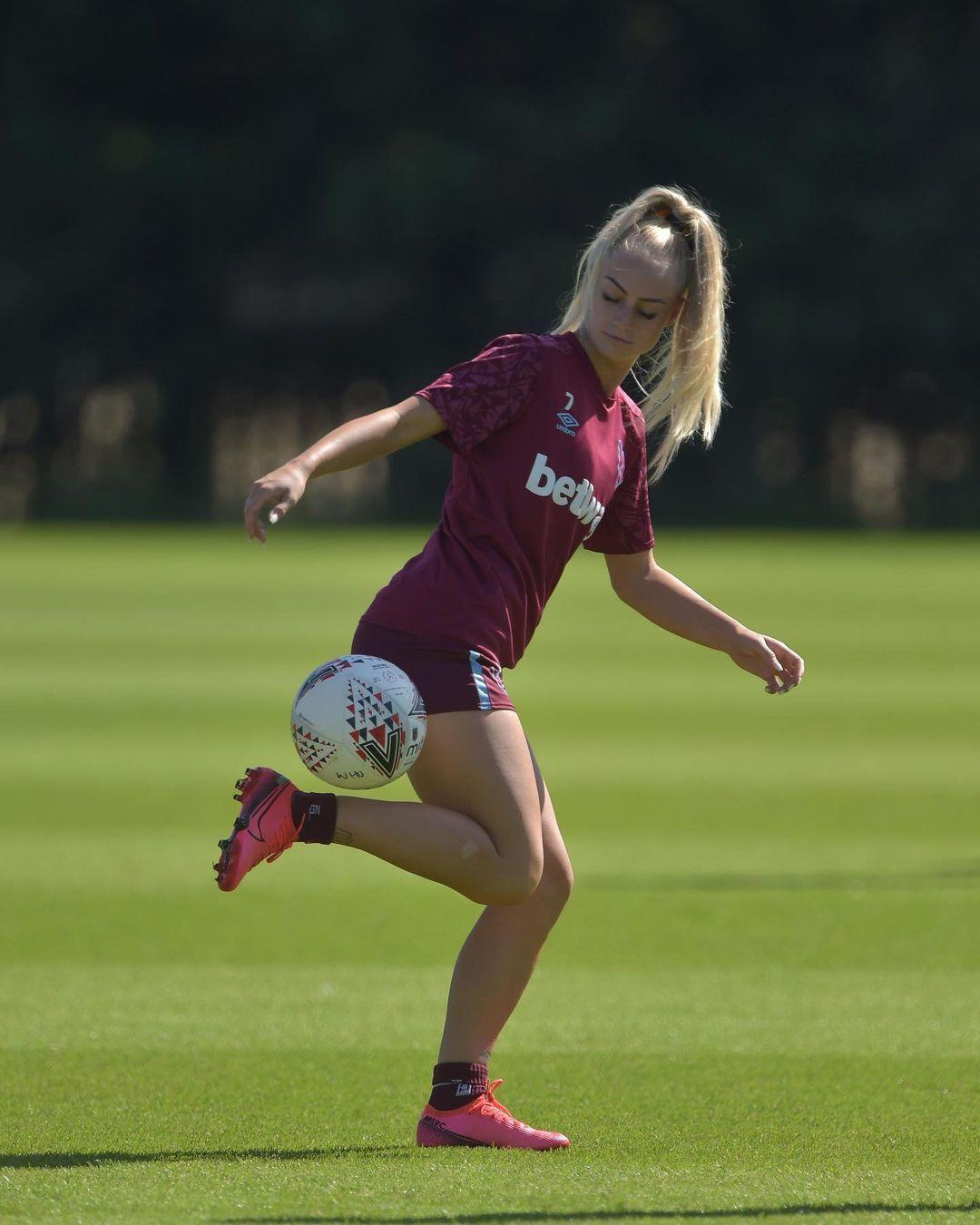 Alisha Lehmann En Instagram Westhamwomen In 2021 Soccer Girl Girls Soccer Pictures Football Girls