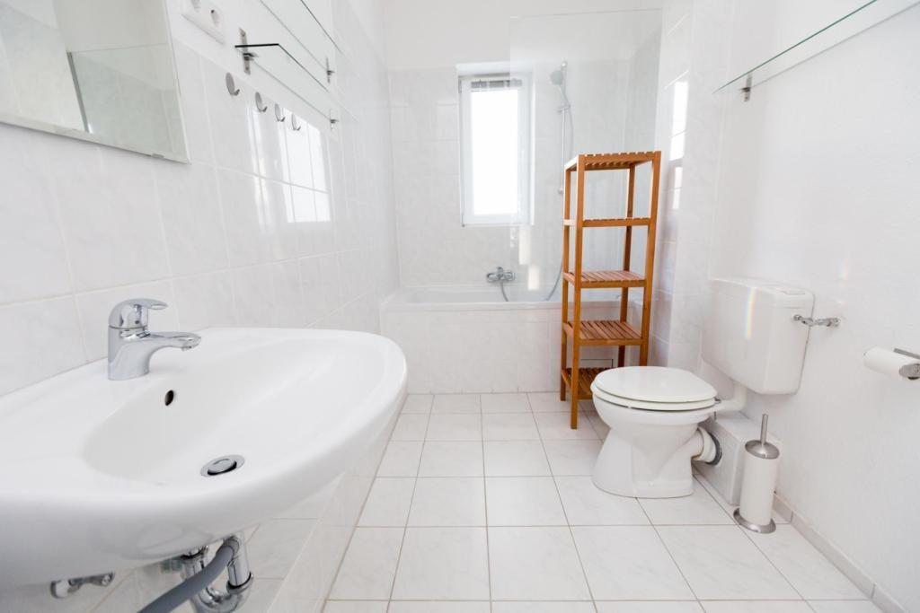 Holzregal Badezimmer ~ Schlichte badezimmereinrichtung: geräumiges badezimmer in hamburg