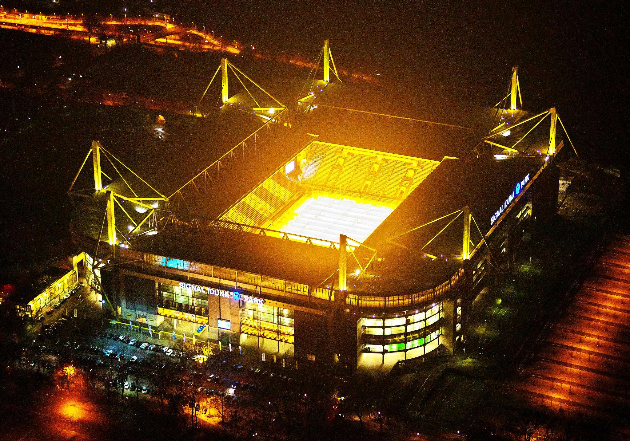 Westfalenstadion at night | Borussia dortmund, Futebol