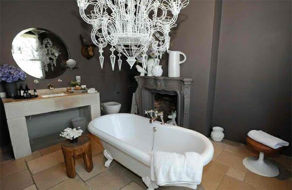Freistehende badewannen im viktorianischen stil freistehende badewannen weiß elegant viktorisnischer badezimmer kronleuchter kamin