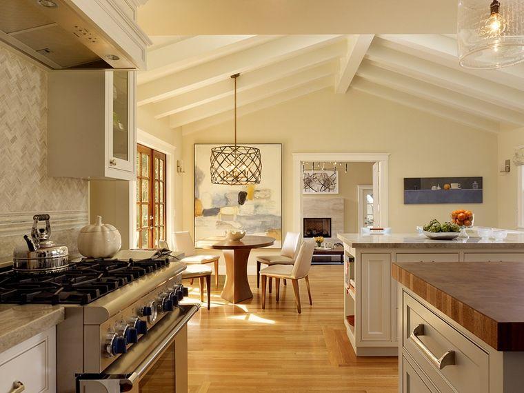 cucina moderna con le travi a vista sbiancate e dei quadri sulle ...
