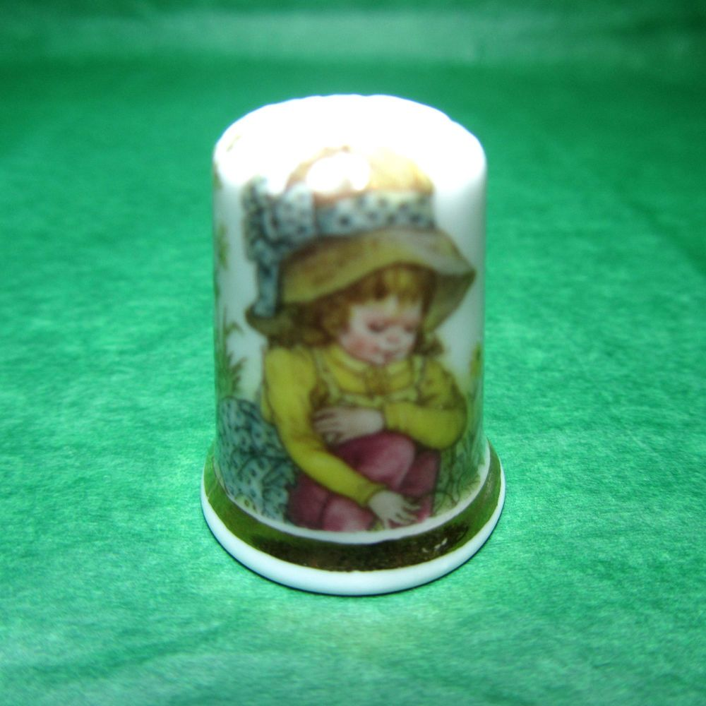 VINTAGE FINSBURY ENGLAND FINE BONE CHINA GIRL IN BONNET GOLD BAND THIMBLE -T108