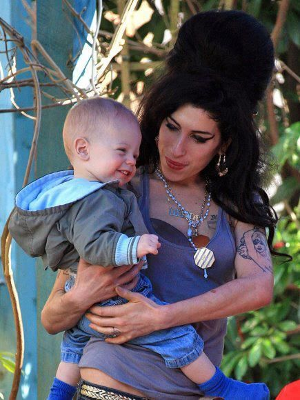 Amywinehouse Holding Baby I Think She Would Have Been A Wonderful Mother Amy S Dreams Of Being Of A Mum Will Never Happen Tragic Winehouse Amy Winehouse Amy