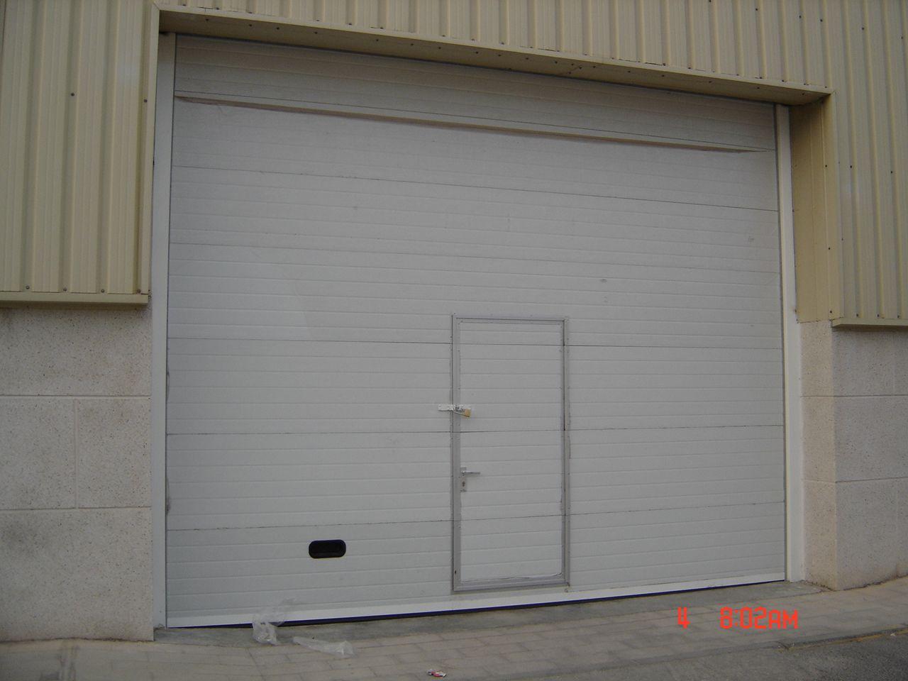 Puerta Seccional Indutrial Con Puerta Peatonal Insertada Puertas Automaticas Puertas Industrial