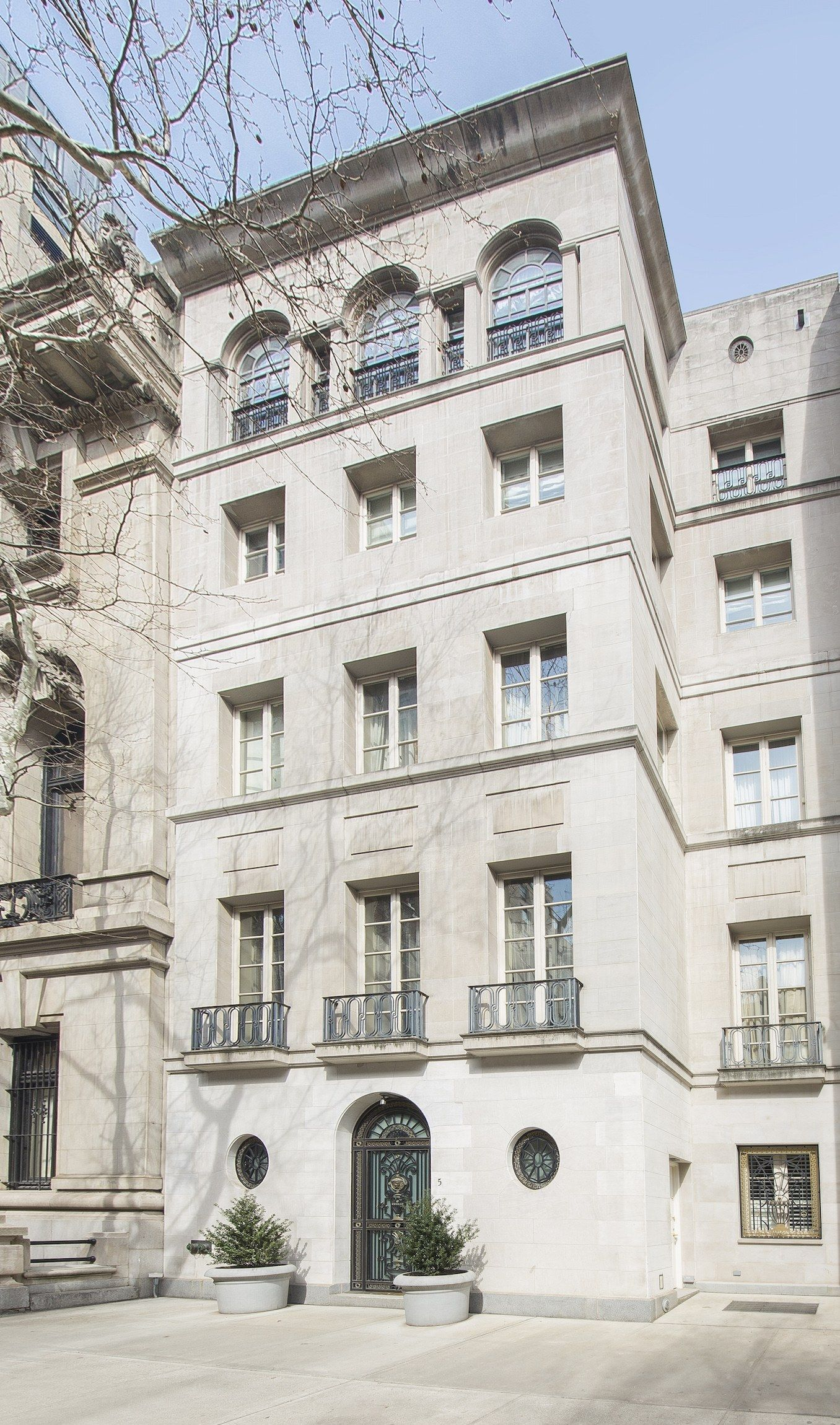 Rent Gianni Versace S Former Manhattan Townhouse For 120 000 A Month New York Townhouse Nyc Townhouse Townhouse