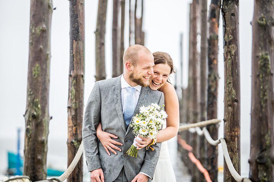 Humor is belangrijk tijdens de fotoshoot voor extra spontane foto's, bruidsfotografie Texel #bruidsfotograaf #bruidsfotografie Dario Endara