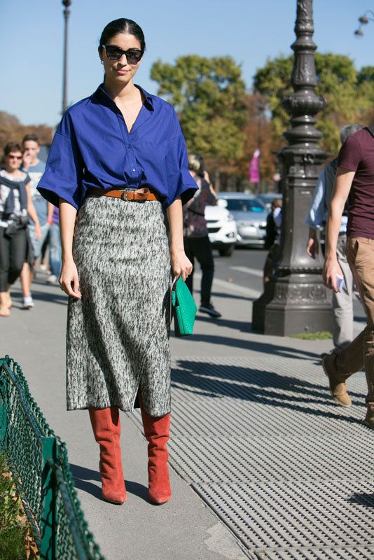 Caroline Issa in her blue oversized shirt combined with a skirt. #catchatrend #streetstyle #oversized #shirt #blue #pfw #ss15