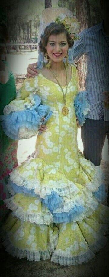 Vestido confeccionado en brocado de seda y con sobrevolantes de organdil. Diseñado por Eusebia
