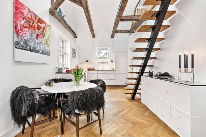 Cocina nórdica bajo techo inclinado y vigas de madera Kitchen