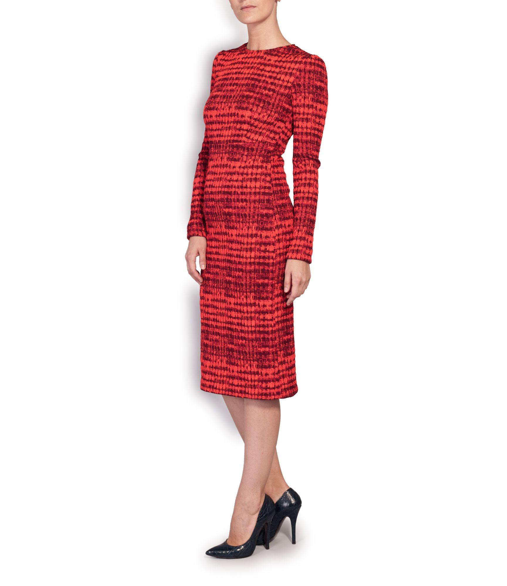 Vestido rojo de Ángel Schlesser y stilettos negros de serpiente y napa de Mariló Domínguez