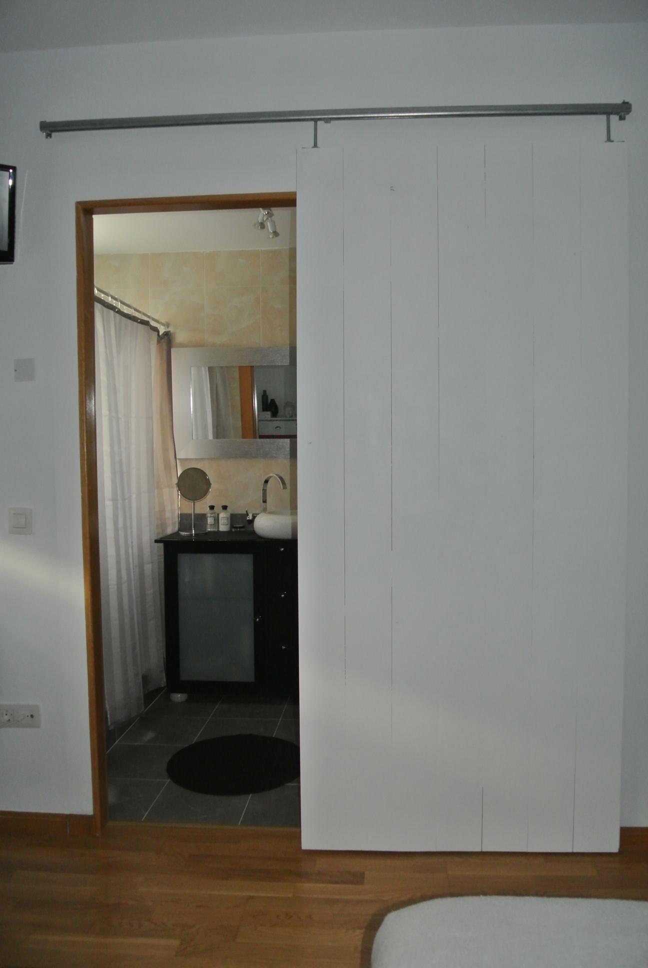 Puerta corredera con rieles industriales y tablones de pino para suelo o paredes muebles - Rieles puerta corredera ...