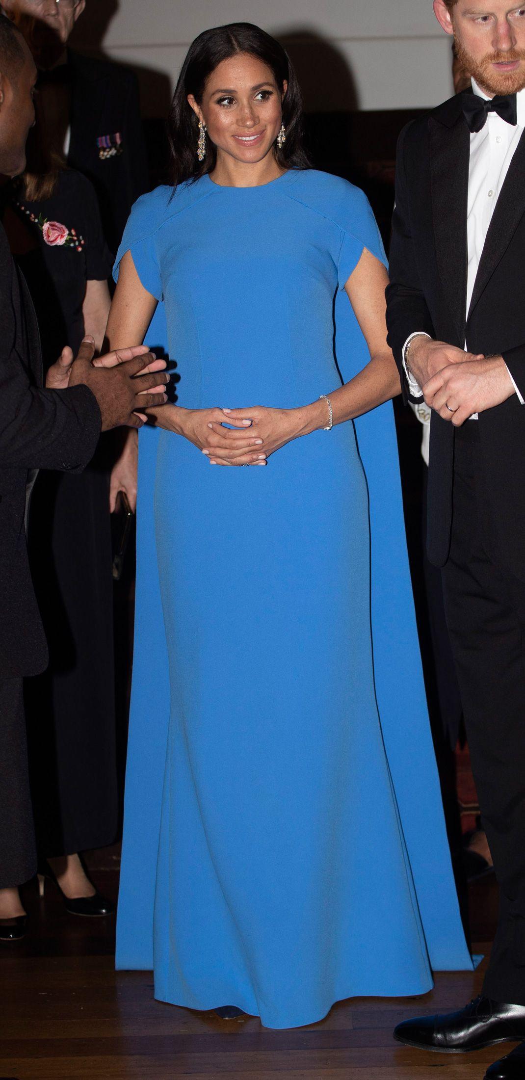 2548efbb8 Meghan llevaba un precioso vestido azul con capa en  azul fiji ...