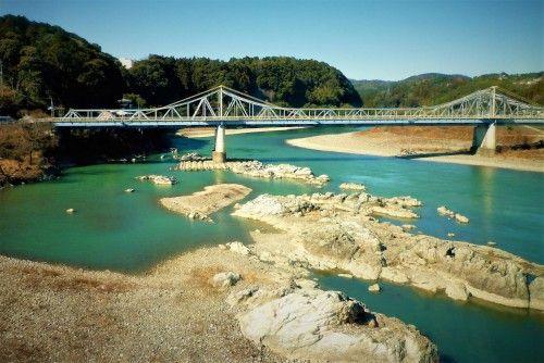Puente sobre río Tenryu, visto desde el tren Tenryu Hamanako.