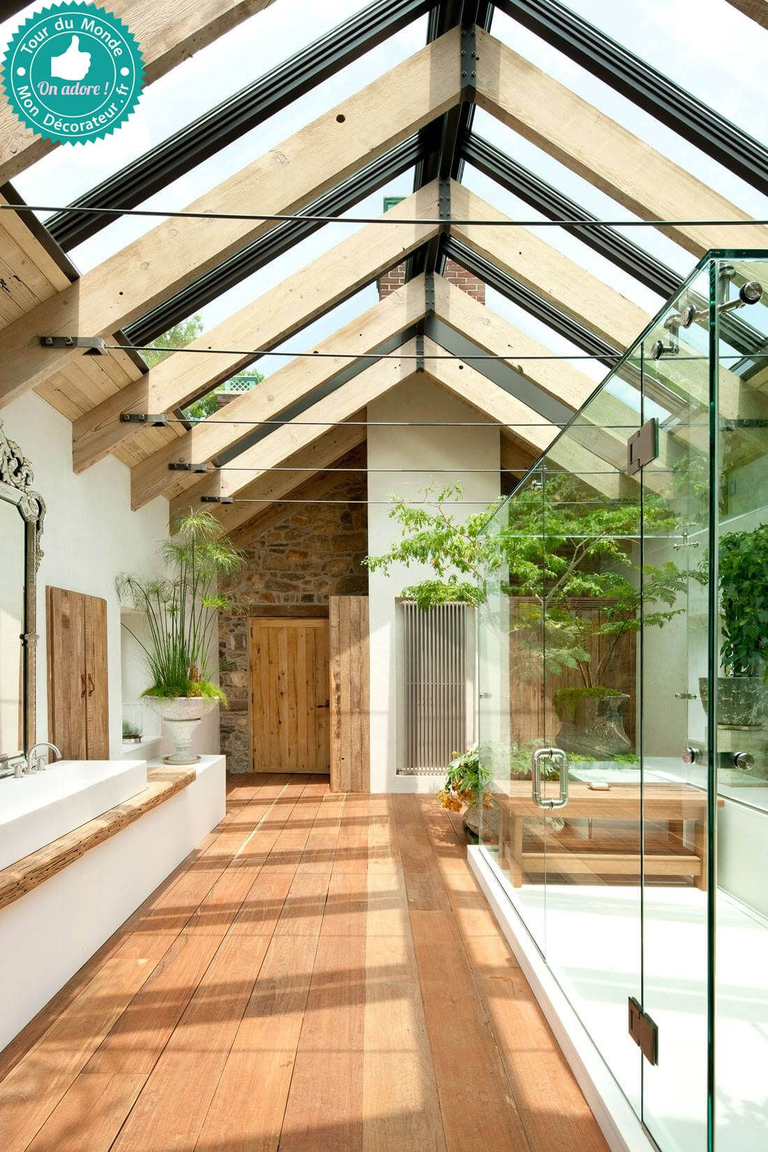Superbe salle de bain esprit botanique inond e de lumi re mon d corateur d 39 int rieur une for Superbe salle de bain