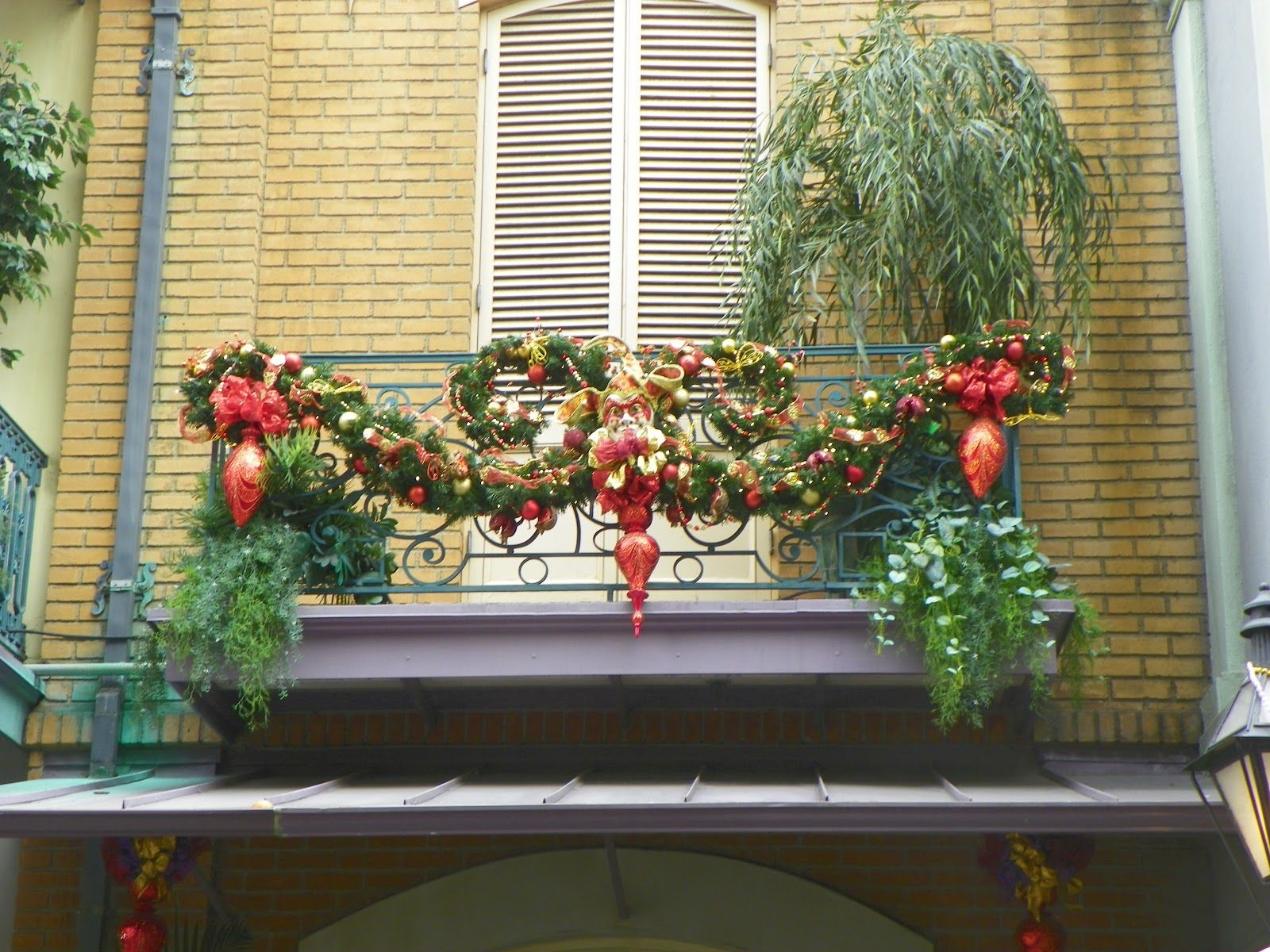 An apartment balcony that 39 s both elegant and classy for How to decorate apartment door for christmas