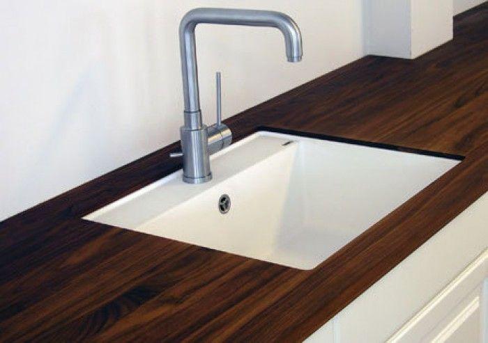 Houten werkblad met witte keuken mooie spoelbak keuken