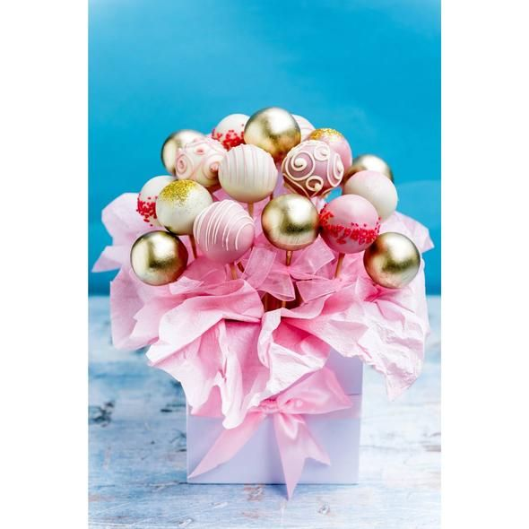 Beautiful bouquet of cake pops for your mom on Mother's Day #cakepopbouquet