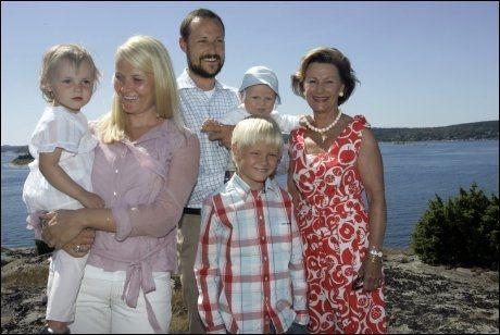 20. juli: Her er hele familien til kronprins Haakon på hans 33-årsdag sammen med dronning Sonja på Mågerø i 2006. F.v. prinsesse Ingrid Alexandra, kronprinsesse Mette-Marit, kronprins Haakon, Marius Høiby, prins Sverre Magnus og dronning Sonja. Foto: Scanpix