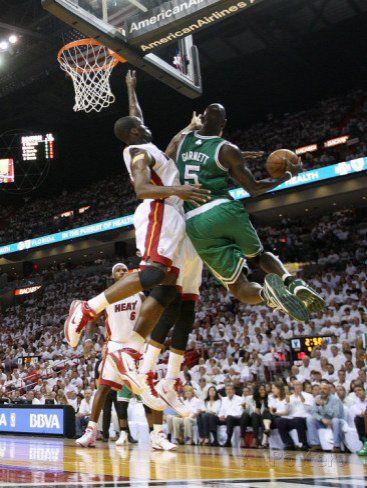 Miami Heat Star Lebron James Gets A Bloddy Nose In This Gif Lebron James Sports Miami Heat