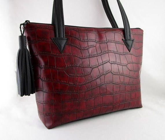 1ebb65c424 Ce sac est confectionné avec simili cuir bordeaux avec des motifs turtles  et un simili cuir