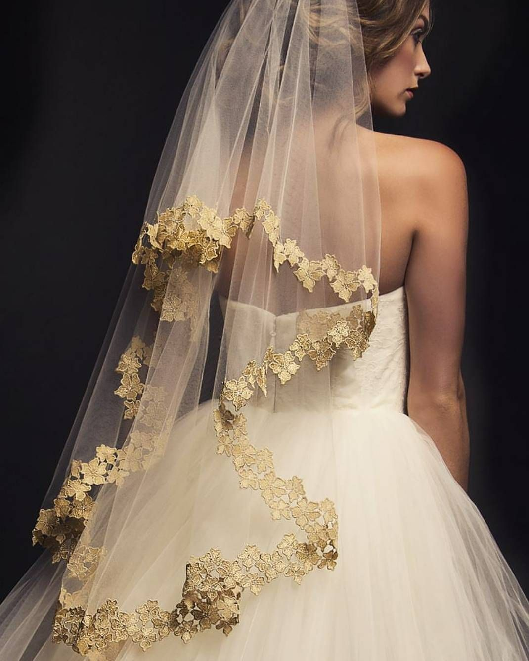 Veil game so strong! We are taken aback by this stunning waterfall veil by @arieljennifertaub. Particularly in love with the gold lace applique on the edge that gives the right amount of glamour and elegance to the whole design. Such a perfect complement to the white dress and definitely makes the bride's look stands out! Show some love and tag a friend who would be inspired by this too!  Veil @arieljennifertaub / Gown @rcennamo from @lesalonbridal / Photographer @danlippittphoto / Model…