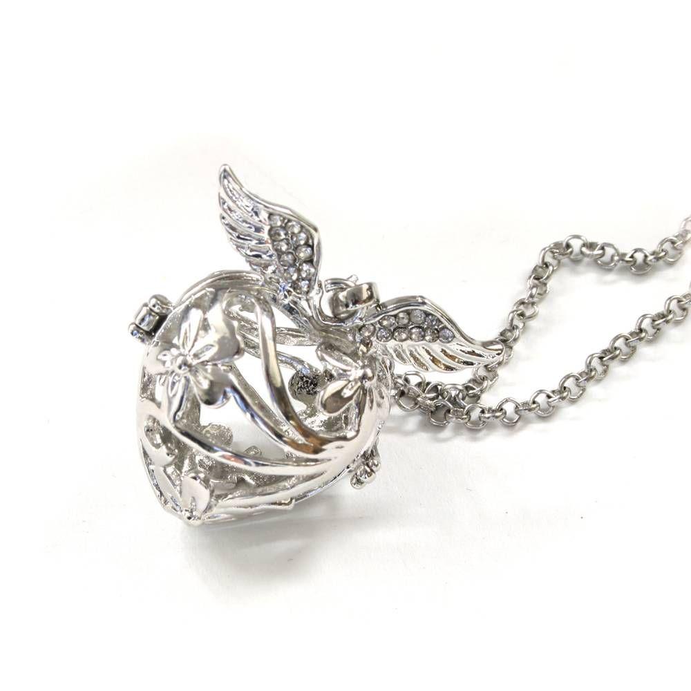 De Engelenroeper flower crystal wings zilver 16mm ook wel Engelrufer genoemd is een bewerkte zilver- of goudkleurige metalen hanger waar je een klein klankbolle