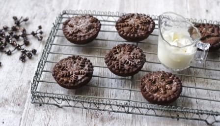 Chocolate mince pies recipe mince pies pie and chocolate bbc food recipes chocolate mince pies forumfinder Choice Image